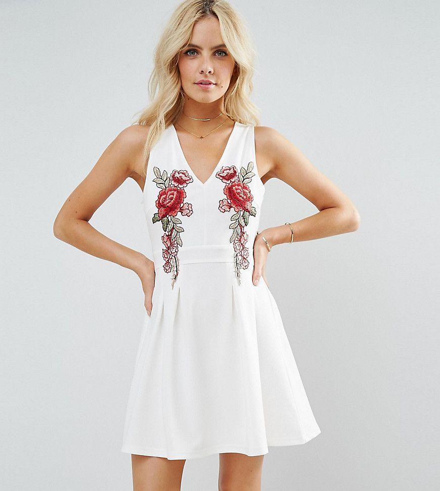 Платье короткое с вышивкой