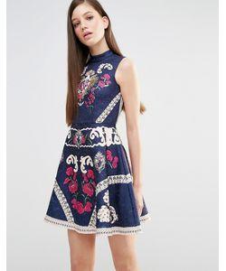 Comino Couture | Короткое Приталенное Платье С Высокой Горловиной Принтом И Отделкой