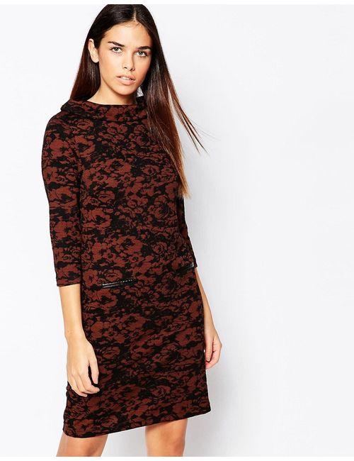 b.young | Женское Коньячное Цельнокройное Платье С Высокой Горловиной И Принтом