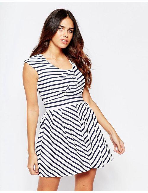 Wal G   Белое Полосатое Приталенное Платье С Драпировкой На Топе